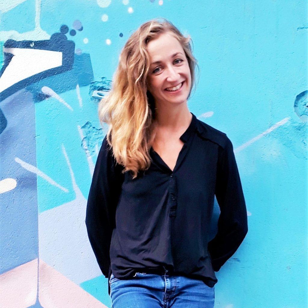 Stephanie Quitterer vor türkisfarbener Wand