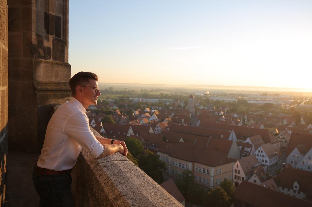 Oberbürgermeister von Nördlingen, David Wittner, mit Blick über die Stadt