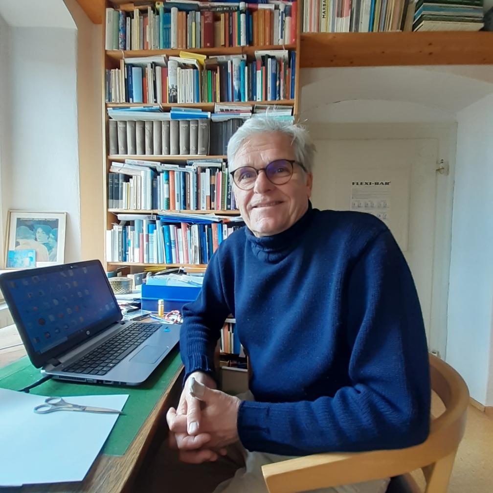 Der Initiator der Stadtschreiberstelle, Ralf Lehmann von Bücher Lehmann, an seinem Schreibtisch
